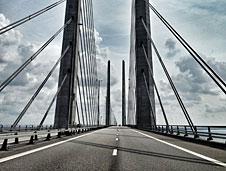 El puente de Oresund que une Dinamarca y Suecia (izq.) y los protagonistas de la serie escandinava.