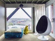 A la izquierda, imagen exterior del hotel-gr�a y, a la derecha, la suite <em>Mystique</em>, instalada en la �ltima planta.