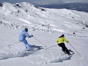 La estaci�n granadina atrae tanto a esquiadores como a snowboarders.