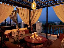 Una de las terrazas del hotel, con la silueta de la ciudad de Doha al fondo.