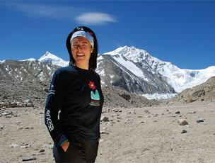 La escaladora Edurne Pasab�n (de naranja) en ruta por la comarca de Goierri o de las Tierras Altas del Pa�s Vasco.