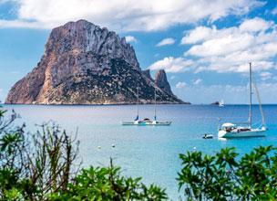 El azul del Mediterr�neo con el misterioso islote de Es Vedr� al fondo.