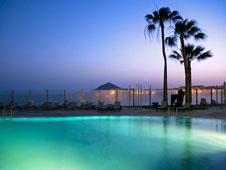 La piscina del hotel, con vistas a las playas preferidas de los windsurfistas por su ventosidad.