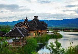 Las caba�as de madera suspendidas sobre el agua del Royal Nadi Resort.