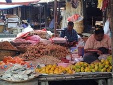 Muestra de productos de la gastronomía birmana a bordo de una barca sobre las aguas del Lago Inle.